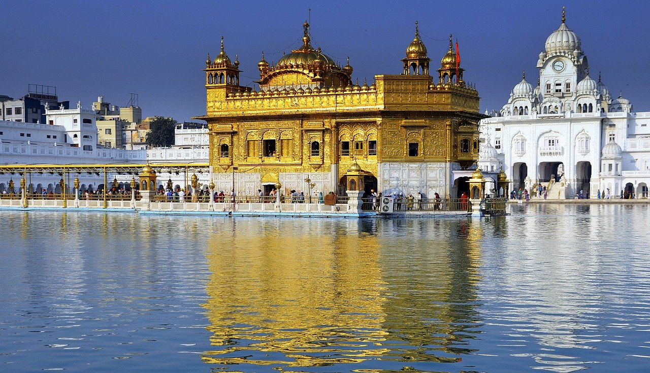golden-temple-beside-lake-view